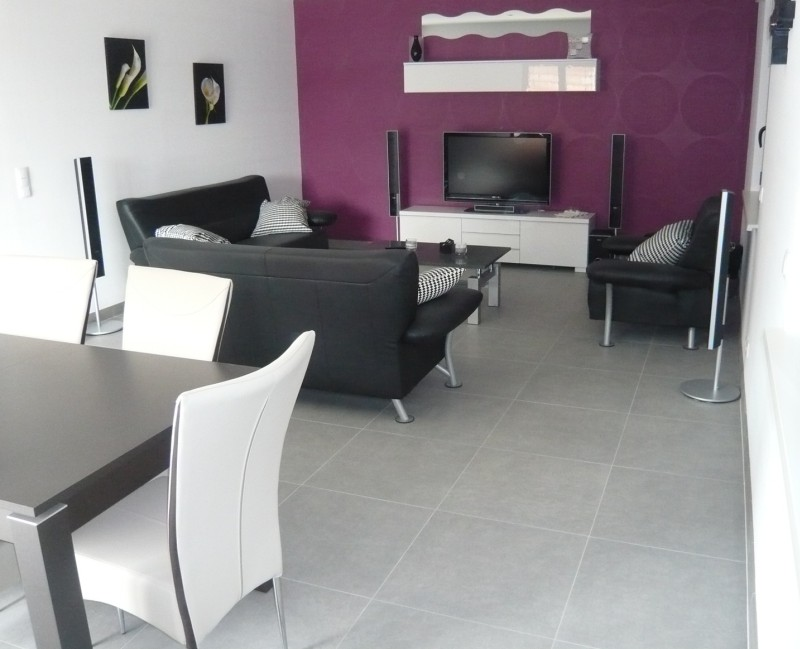 Am nager son salon avec un salon design et tendance - Salon gris et violet ...